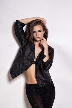 rocker girl: Retrato de la moda Rocker Estilo niña modelo. Peinado. Basculante o de maquillaje punk mujer, peinado y accesorios Foto de archivo