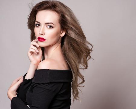 profil: Portret piękne kobiety blonde z kręcone Fryzura i jasny makijażu, pielęgnacji skóry, doskonały, spa, kosmetologii. Sexy modne twarz kobiety, zmysłowe dziewczyny piękno modelu. Naturalny wygląd. studio izolowane. Zdjęcie Seryjne