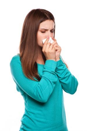 persona enferma: Woman.Flu.Woman enfermo atrapado por el frío. Estornudos en el tejido. Dolor de cabeza. .Medicines virus