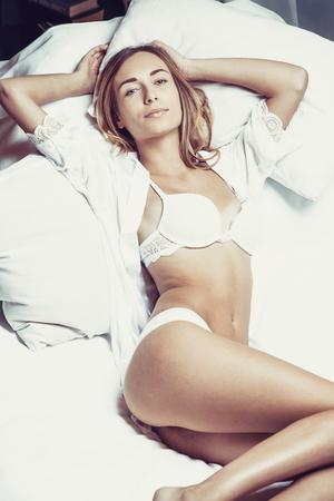 modelo desnuda: Foto de moda de la se�ora joven atractiva que desgasta la ropa interior blanca, cuerpo incre�ble.