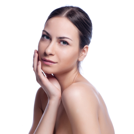 Bel volto di giovane donna adulta con pelle pulita fresca - isolato su bianco.