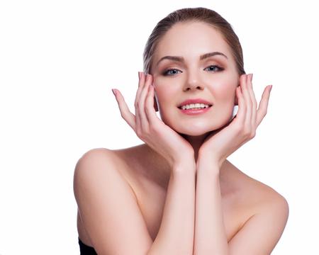 piel: Hermosa mujer joven que toca su Skin.Isolated saludable Face.Fresh en blanco.