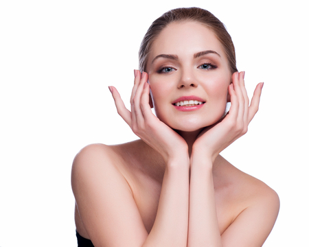 Piękna młoda kobieta dotyka jej Face.Fresh Zdrowe Skin.Isolated na białym tle.