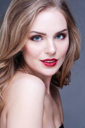 niñas bonitas: Retrato de la mujer maravillosa rubia con el pelo largo que mira la cámara Foto de archivo