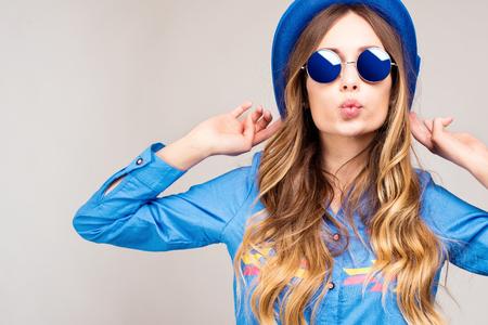 Cool hipster student vrouw draagt een bril bril. Blanke vrouwelijke universitaire student op zoek naar de camera lacht gelukkig.