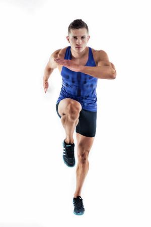 Full length Portret van een fitness-man loopt die op een witte achtergrond