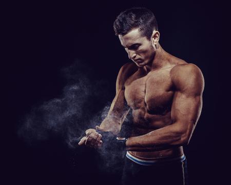MMA Fighter Préparation Bandages Pour la formation. Darck fond Banque d'images