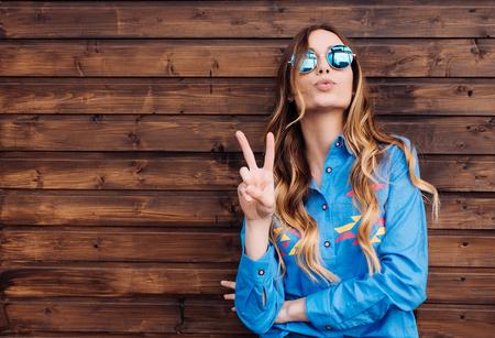 멋진 hipster 학생 여자 안경 착용 안경입니다. 백인 여성 대학 학생 카메라 웃는 행복 찾고.