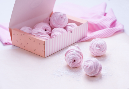 white wedding: Berry marshmallow in a gift box on a pink background. Stock Photo