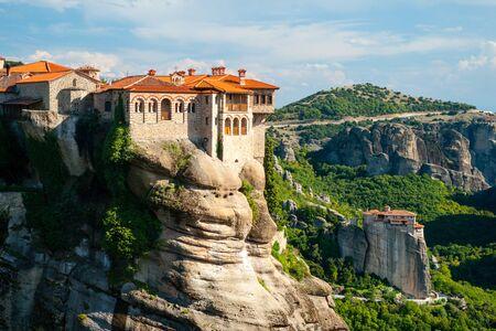 monasteri: monasteri di Meteora, il monastero di Santo Varlaam in primo piano, Grecia. Archivio Fotografico