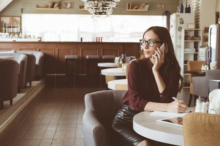 Frau in der Cafeteria telefonieren Lizenzfreie Bilder - 81148096