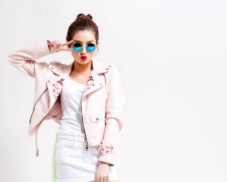 Koele hipster student vrouw draagt ??bril bril. Kaukasische vrouwelijke universitair student kijkt naar camera glimlachend gelukkig Stockfoto - 82553267