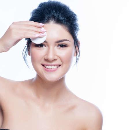 alergenos: Concepto sano cosmético del retrato hermoso de la cara de la mujer.
