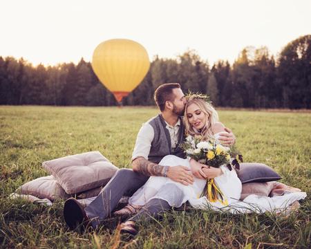 bruid en bruidegom buitenshuis. huwelijksceremonie. huwelijksboog