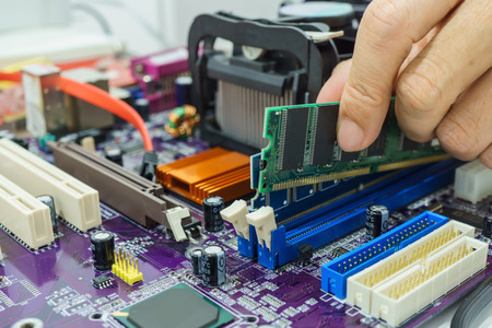 コンピューターのマザーボード上の RAM をインストールします。