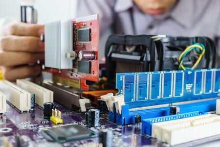 Installeren VGA kaart op de computer moederbord Stockfoto