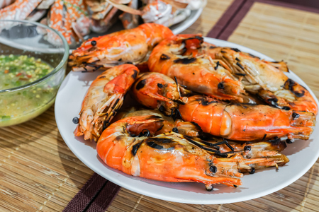 mariscos: camarones llameante fresco con salsa de chile, deliciosos mariscos