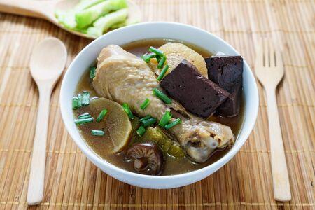 sopa de pollo: Cocinar sopa de pollo con hierbas servir con melón amargo, comida tailandesa Foto de archivo