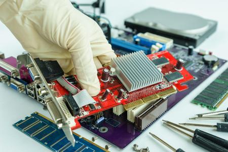 vga: Compruebe la tarjeta VGA para la reparación, retire la tarjeta VGA de la placa de circuito principal