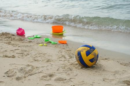 futbol infantil: F�tbol y juguetes de playa de los ni�os en la arena Foto de archivo