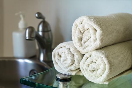 toalla: Toallas blancas montón en el estante en el baño, el primer blanco Toallas Foto de archivo