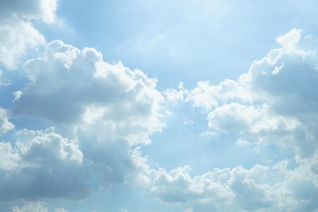 cielo: Las nubes del cielo en un día soleado, cielo de fondo blanco nubes