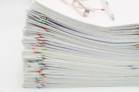informe: Pila de la sobrecarga de papel blanco y reportes con gafas y la pluma en el vector blanco.