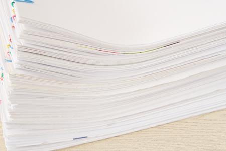 Stapel von Überlastung Papierkram und Berichte legen auf Holztisch. Standard-Bild