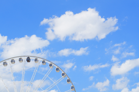 Big wheel with blue sky and white cloud as background. Stockfoto
