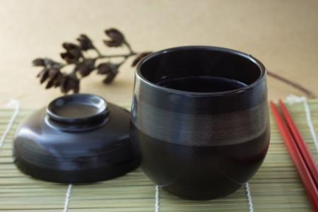 黒い背景に蒸気でコーヒーの黒いカップ。 写真素材