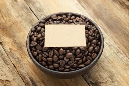 cafe colombiano: Taza blanca fresca de granos de café brasileños calientes