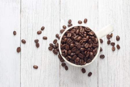 cafe colombiano: Granos de café en taza Foto de archivo