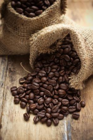 cafe colombiano: granos de café en la bolsa
