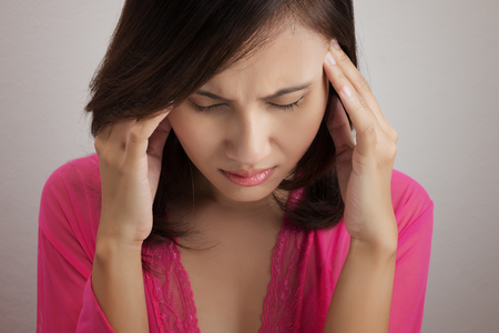 頭痛と女性のポートレートを閉じる
