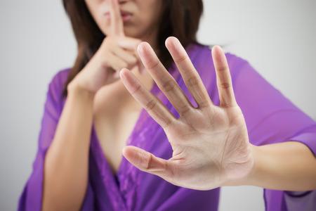 중지 손을 게재하는 여자