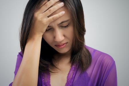 personne malade: Une image de la fille avec des maux de tête