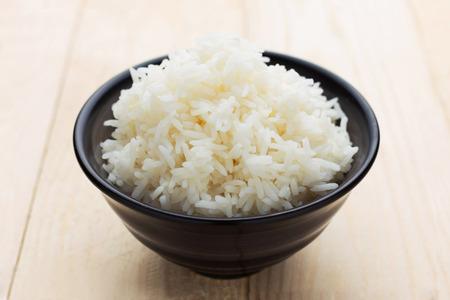 arroz chino: Arroz en un tazón negro - comida de estilo de Tailandia