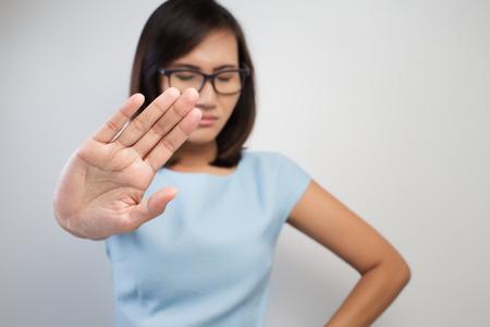 Jeune femme montrant son refus de NO sur sa main Banque d'images - 39235500