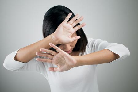 若い女性と彼女の手に彼女の拒否を示す