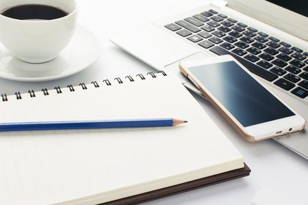 本と白い背景の上のコーヒー カップ青鉛筆