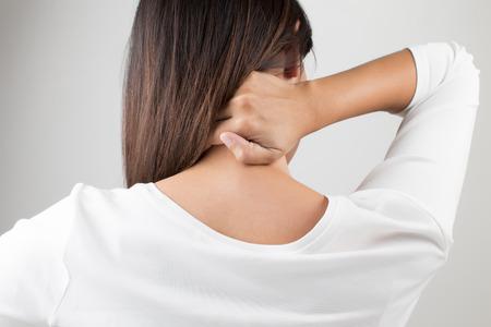 dolor de espalda: Joven mujer que tiene dolor en la espalda y el cuello, dolor en la espalda Foto de archivo