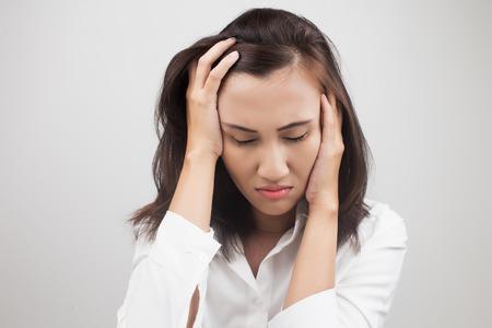 cansancio: Mujer que tiene un dolor de cabeza