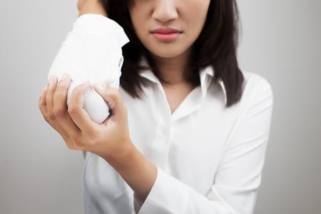 codo: Mujer de negocios que sufren de dolor en el codo