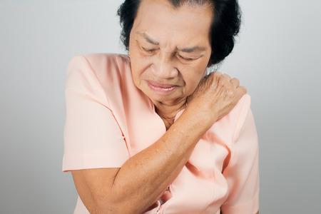 an elderly person: Dolor de hombro en una persona mayor