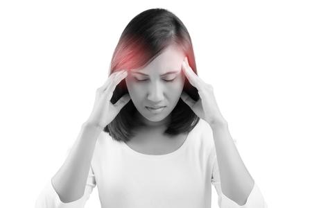 cansancio: Mujer que tiene un dolor de cabeza en el fondo blanco