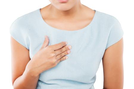산성 퇴조 또는 가슴 앓이로 고통 여자, 흰색 배경에 고립