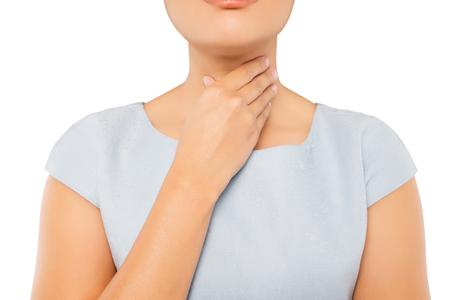 Halsschmerzen Frau auf weißem Hintergrund