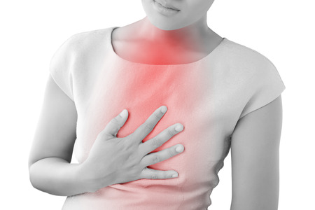 dolor de pecho: Mujer que sufre de reflujo ácido o ardor de estómago, aislado en fondo blanco