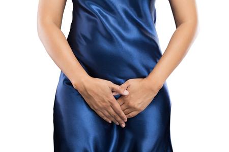 彼女の股間の下腹部を押すと両手を持つ女性。医療や婦人科の問題、ヘルスケアの概念