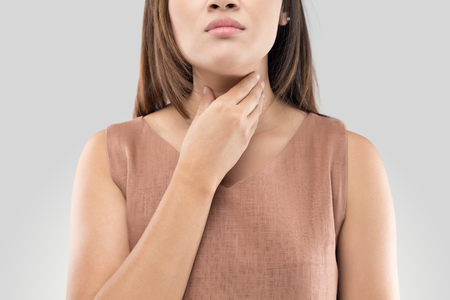 Sore throat woman on gray background Imagens - 81809428